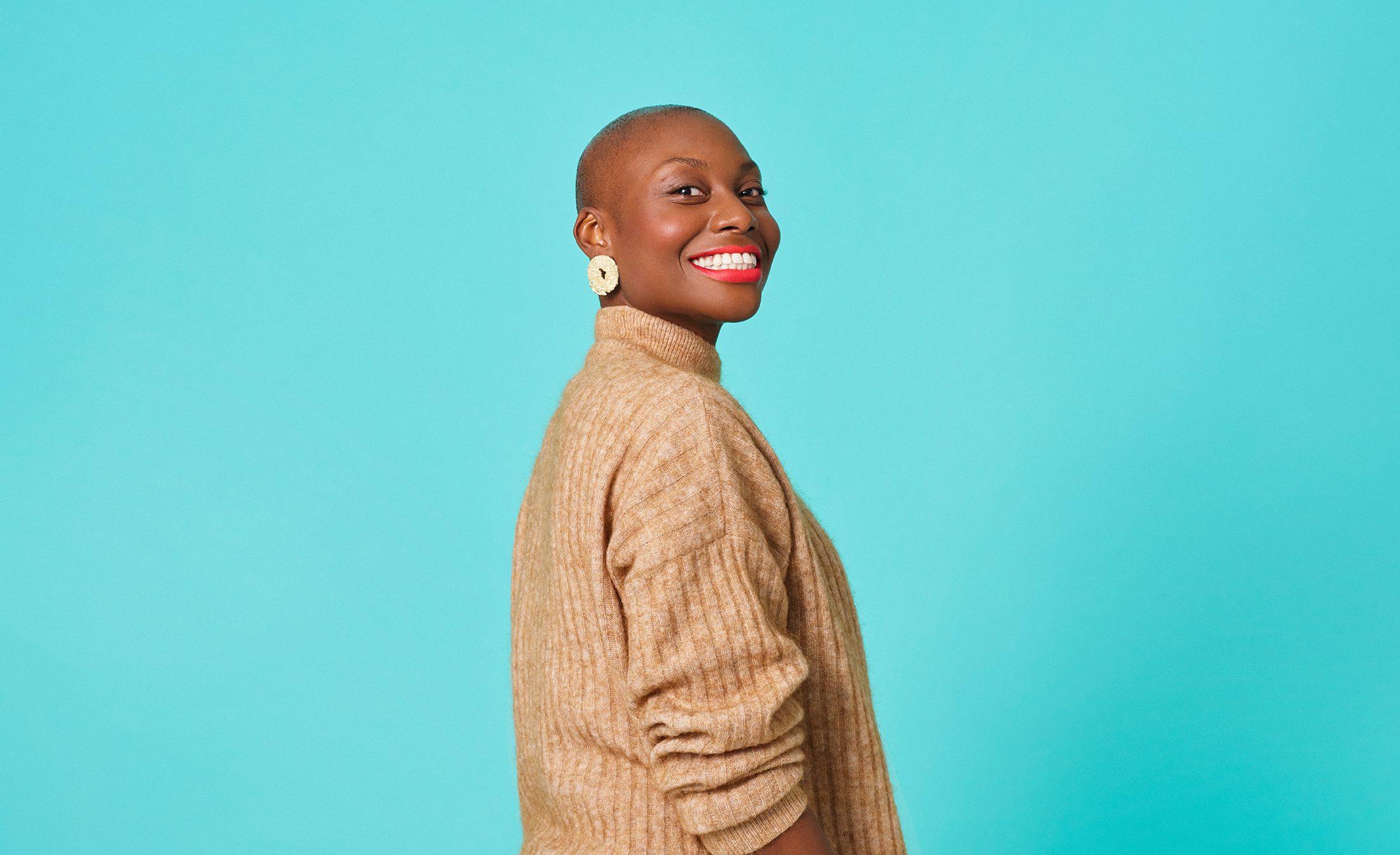 Kvinna som har sin tandläkare hos Folktandvården ler ett stort leende.